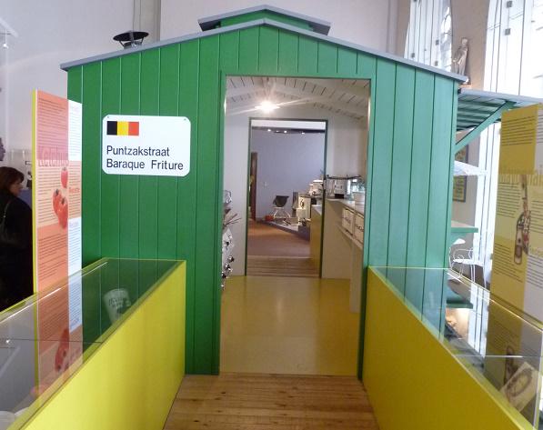 Een blik op de puntzakstraat & frietkot in het Frietmuseum